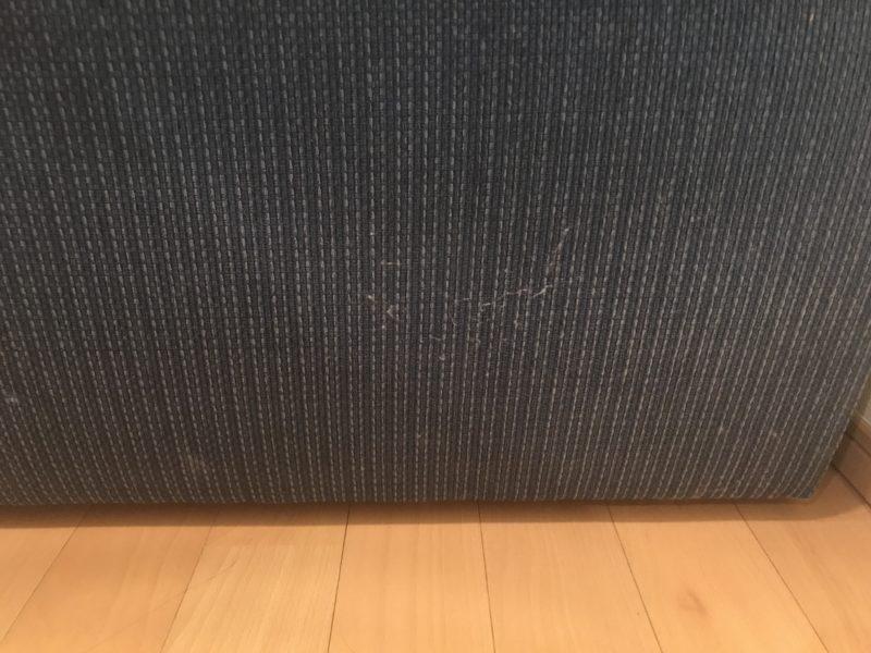 青いソファの側面